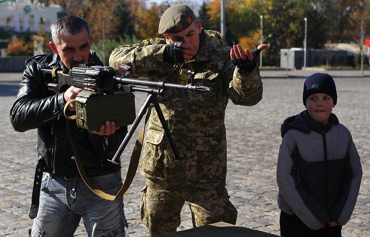Ukrainian military demonstrate weapons to citizen of Kharkiv, Oct. 19