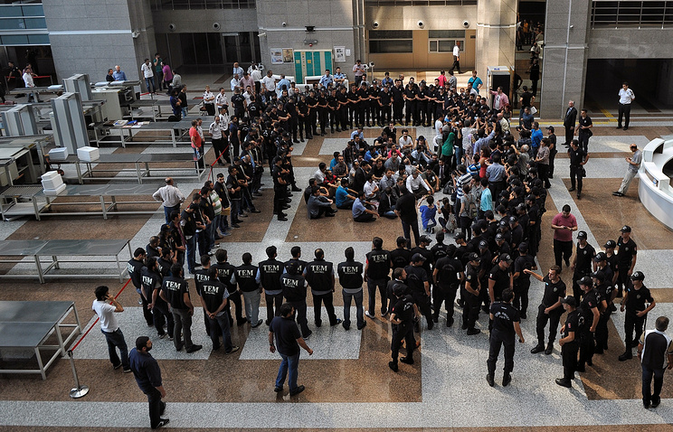 Photo: Police surround people detained on suspicion illegally wiretapping government officials, Istanbul, Turkey, July 26, 2014