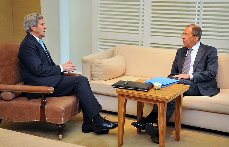 US Secretary of State Jonh Kerry (L) and Russian Foreign Minister Sergey Lavrov (R)
