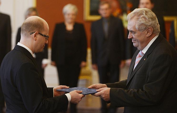 Czech President Milos Zeman (R) and Prime Minister Bohuslav Sobotka