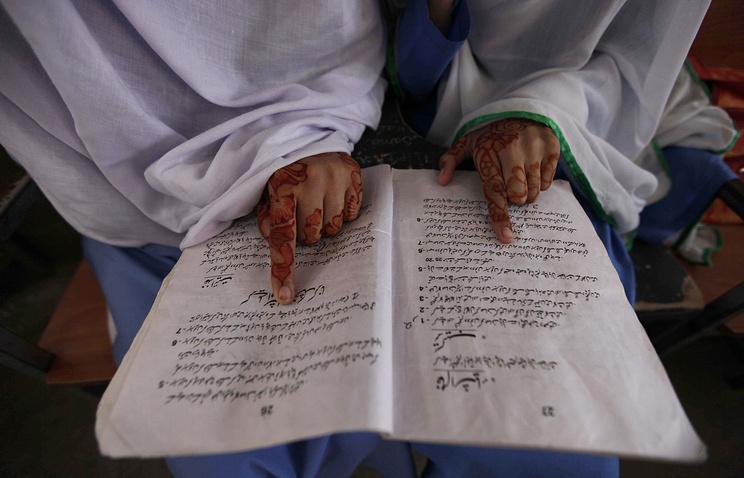 Pakistani girl at school (archive)