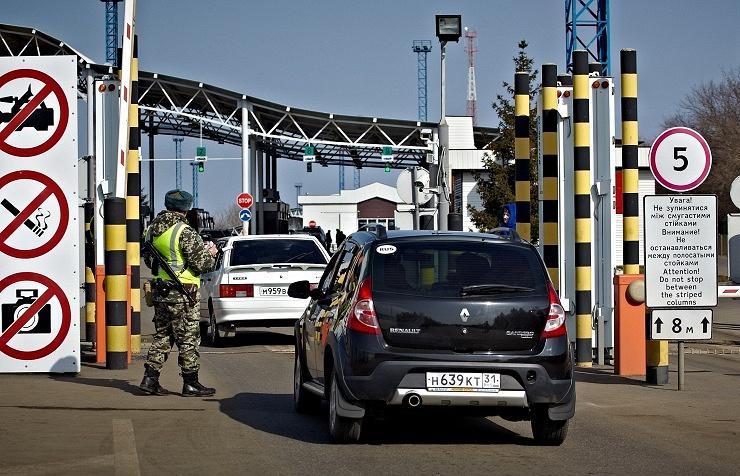 Cars at Goptovka crossing on the Russian-Ukrainian border
