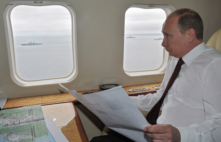 Russian President Vladimir Putin observing military drils in Russia's Far East in 2013 (archive)