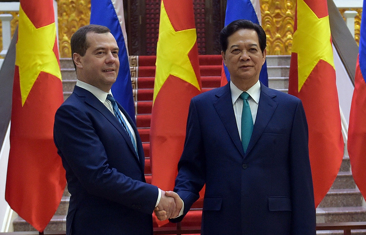 Russian Prime Minister Smitry Medvedev and his Vietnamese counterpart Nguyen Tan Dung