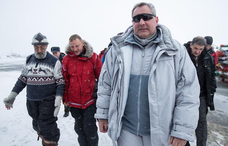 Russian Vice-Premier Dmitry Rogozin (right)