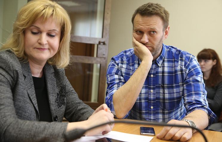Opposition activist Alexey Navalny (right)