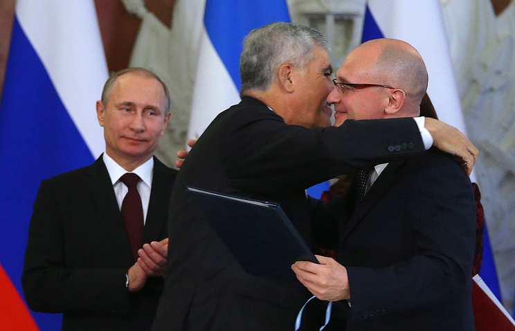 Sergey Kiriyenko (right), Argentina's Minister of Federal Planning, Public Investment and Services Julio De Vido and and Vladimir Putin (left)