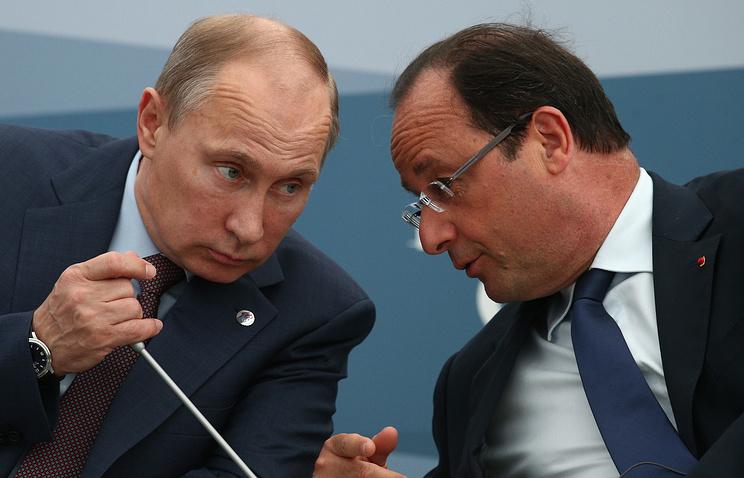 Russia's president Vladimir Putin (L) and France's president Francois Hollande