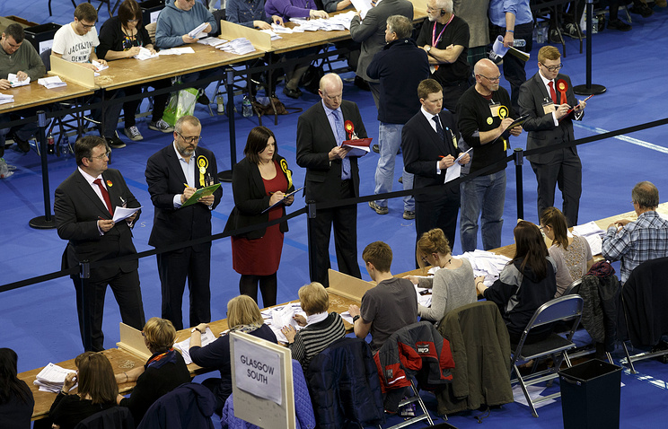 Election officials count ballot papers in Glasgow