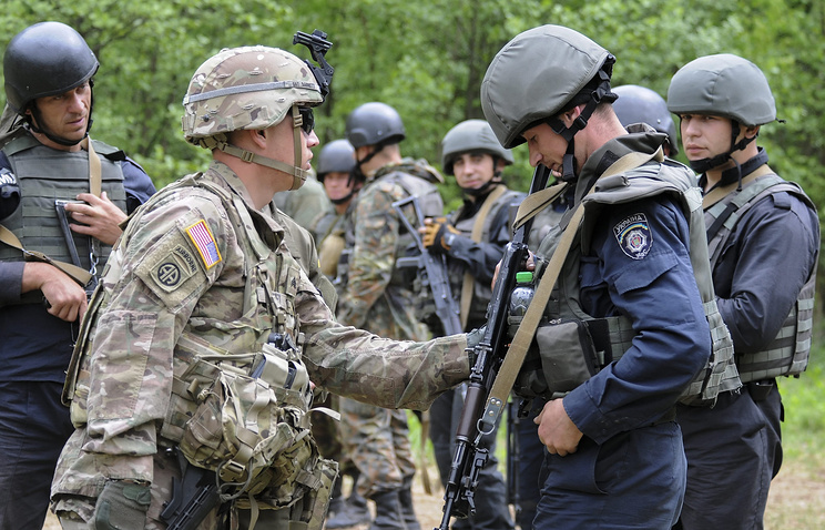US instructor trains Ukrainian National Guard soldier during drills in the Lviv Region
