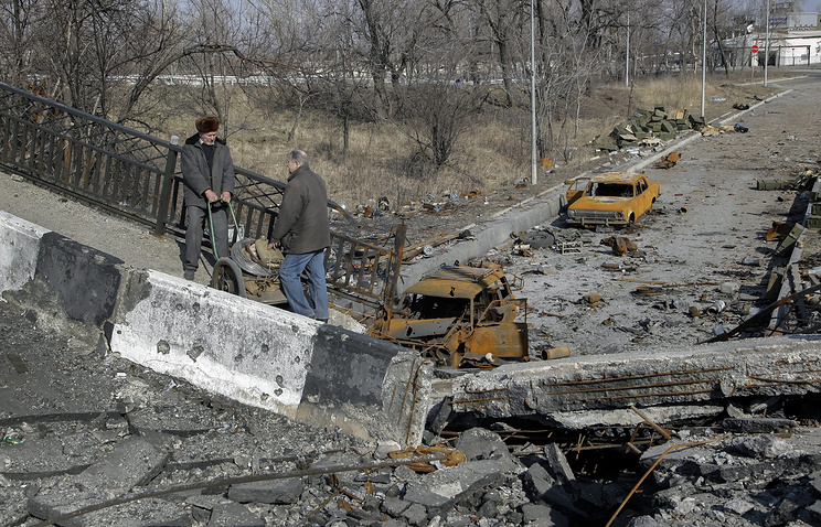 Damaged Putilovsky Bridge near the Donetsk Airport (archive)