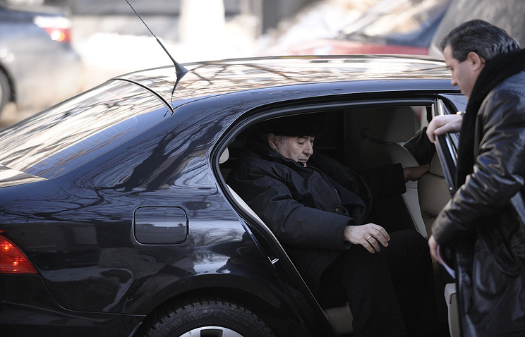 Vladimir Voronin getting out of a car (archive)
