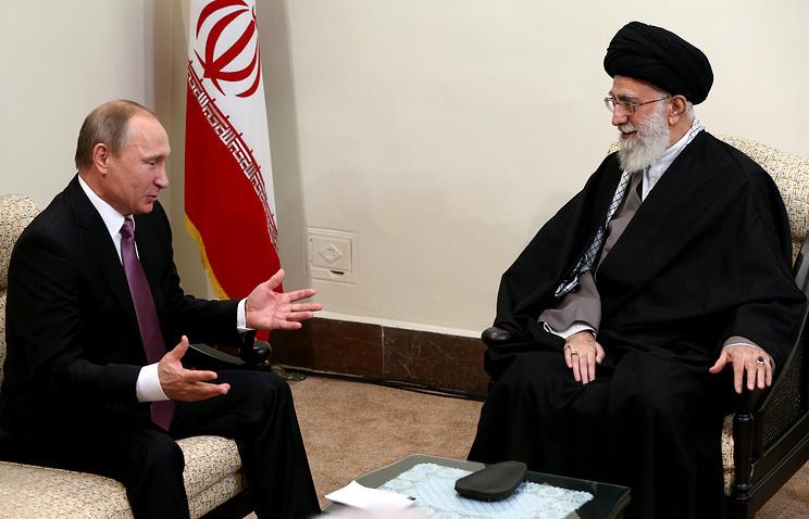 Ayatollah Ali Khamenei (R) meeting with Russian President Vladimir Putin