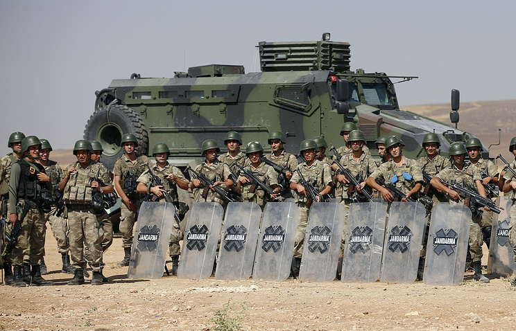 Turkish soldiers on the border with Syria