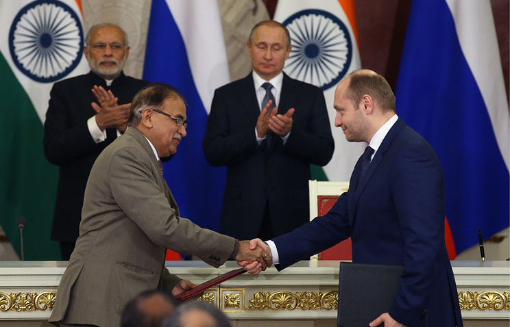 Tata Power's Executive Director Ashok Sethi and Russia's Minister for the Development of the Russian Far East Alexander Galushka (front)