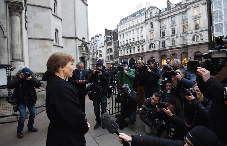 Marina Litvinenko, widow of Alexander Litvinenko, making a statement outside the High Court in central London