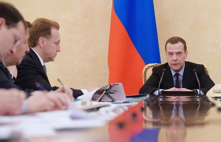 Russian PM Dmitry Medvedev (right)