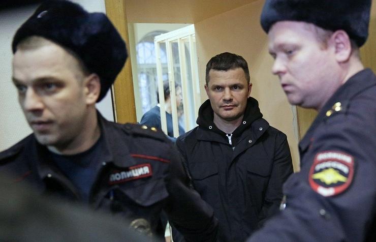 Domodedovo Airport owner Dmitry Kameshchik (center)