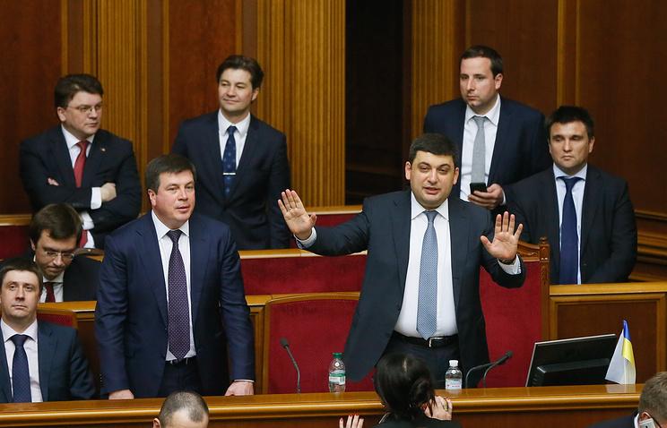 Новоизбранный премьер-министр Украины Владимир Гройсман с министрами нового правительства Украины во время заседания Верховной Рады Украины в Киеве