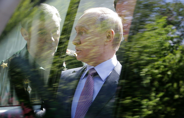 Vladimir Putin and Russian General Staff chief Valery Gerasimov during the inspection of the new military vehicle