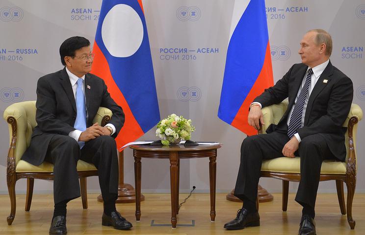 Vladimir Putin and Laotian Prime Minister Thongloun Sisoulith