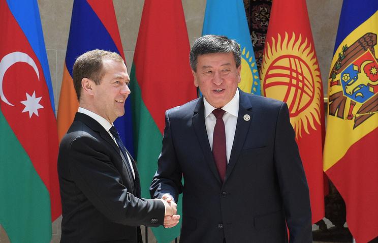Russian Prime Minister Dmitry Medvedev and Kyrgyz Prime Minister Sooronbai Zheenbekov