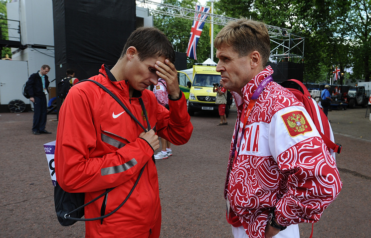 Russian athlete Vladimir Kanaykin (L) and Viktor Chegin