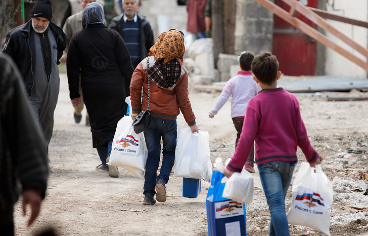 Syrians receive humanitarian aid from Russian servicemen