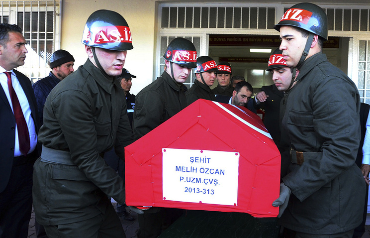 Turkish soldiers carry the coffin of those killed in northern Syria