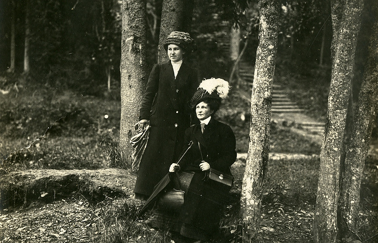Yelena Borisova-Musatova and an unknown woman, 1911