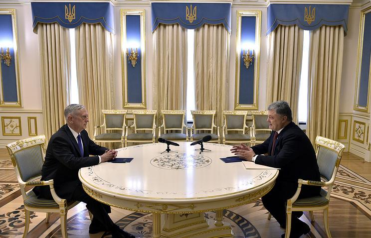 US Defense Secretary James Mattis and Ukrainian President Pyotr Poroshenko