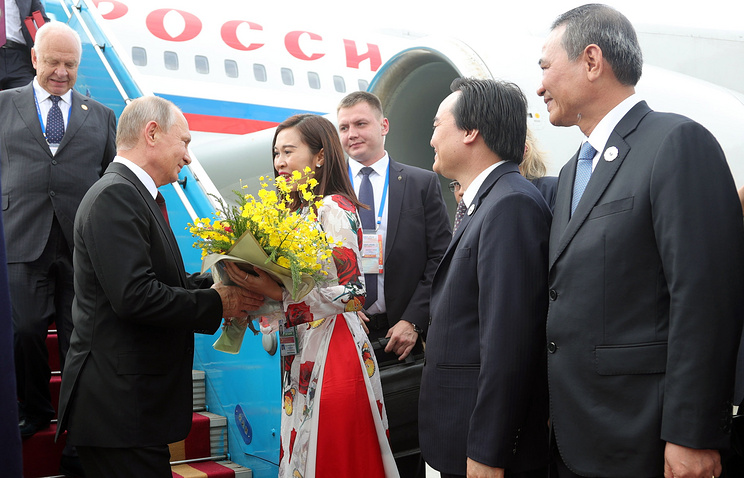 Vladimir Putin arrives in Vietnam for APEC summit