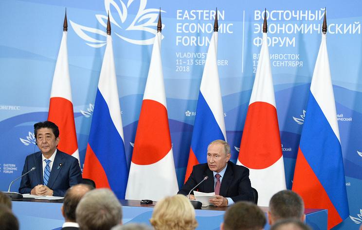 Japan's Prime Minister Shinzo Abe (L) and Russia's President Vladimir Putin