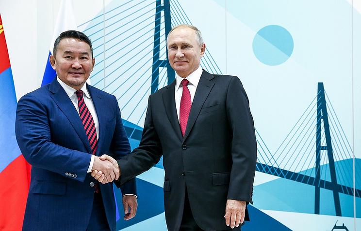 Russian President Vladimir Putin and Mongolian President Khaltmaagiin Battulga
