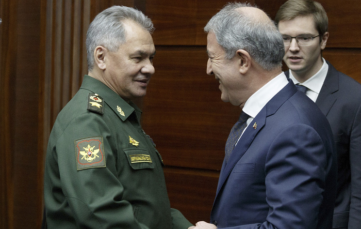 Russian Defense Minister Sergei Shoigu, left, and Turkey's Defense Minister Hulusi Akar