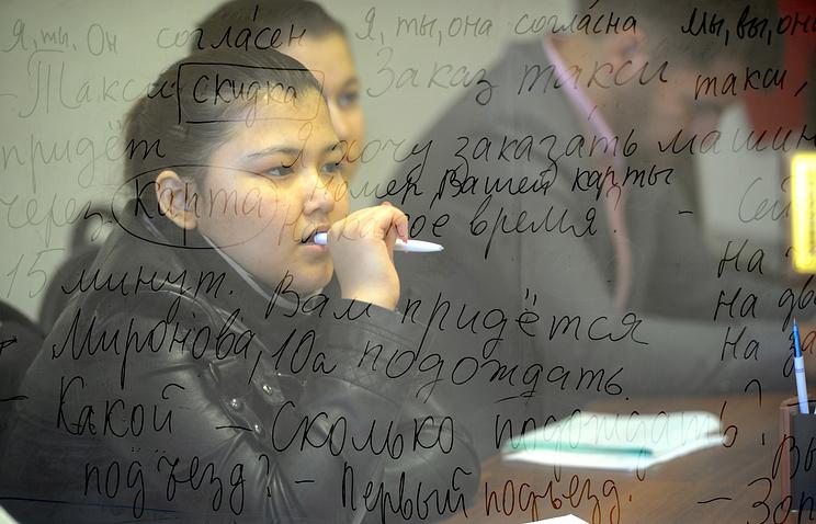 Во время занятий по изучению русского языка для мигрантов