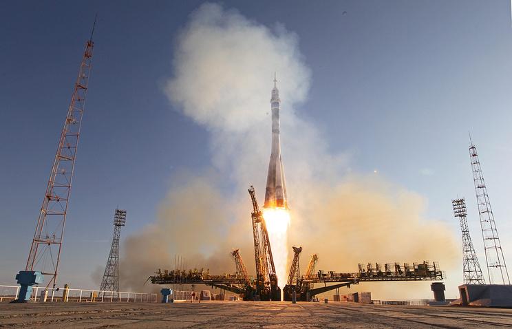 """Запуск космического корабля """"Союз ТМА-11М"""" с экипажем новой эскпедиции МКС и олимпийским огнем на борту. Космодром Байконур"""