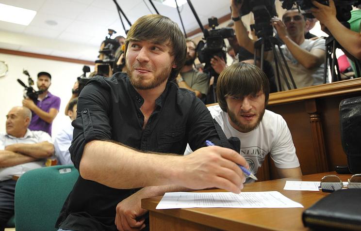 Обвиняемые в убийстве журналистки «Новой газеты» Анны Политковской братья Джабраил и Ибрагим Махмудовы (слева направо) во время рассмотрения дела в Мосгорсуде. Июнь 2013