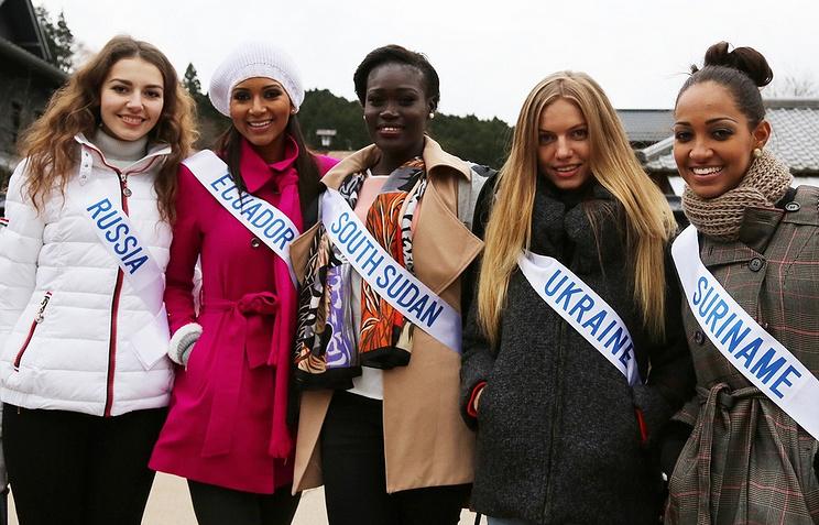 Россиянка Ольга Гайдабура (слева) во время подготовки к конкурсу Miss International
