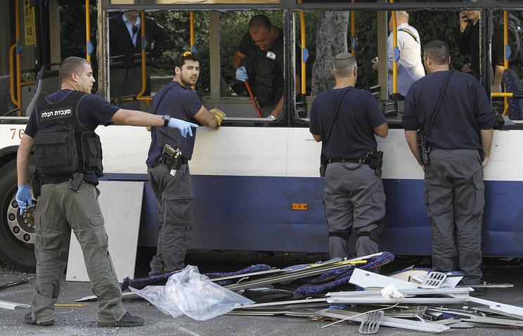 Последствия взрыва в пассажирском автобусе в Израиле