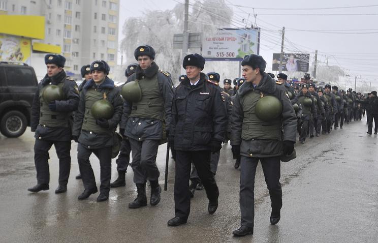 Сотрудники полиции на месте взрыва в троллейбусе в Волгограде