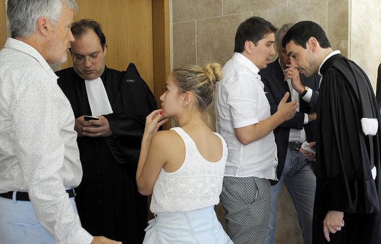 Родственники Мухтара Аблязова  разговаривают после судебного заседания, 1 августа 2013, Франция