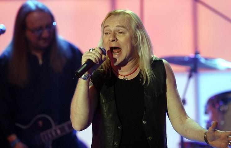 """Лидер британской группы """"Uriah Heep"""" Берни Шоу во время выступления в Германии в апреле 2008 года"""