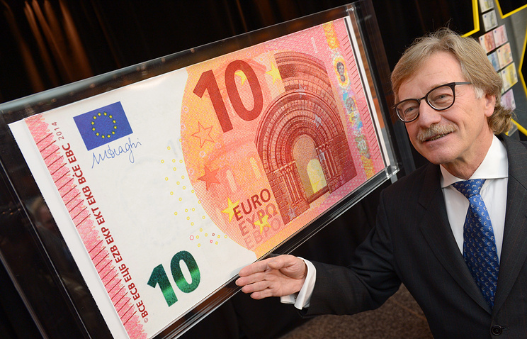 Представитель ЕЦБ Ив Мерш во время презентации банкноты достоинством 10 евро