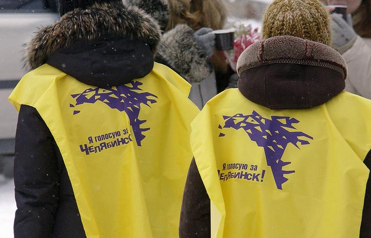 Агитаторы на улицах города накануне выборов мэра Челябинска в 2005 году
