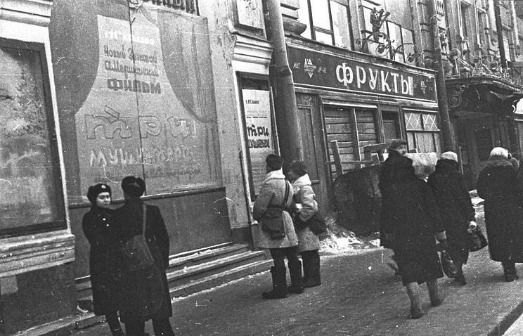 На Невском проспекте у кинотеатра «Художественный» в блокадном Ленинграде. 1941 г.