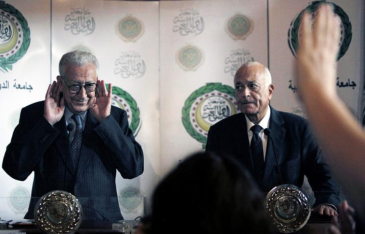 Посланник ООН и ЛАГ по Сирии Лахдар Брахими и генеральный секретарь ЛАГ Набиль аль-Араби (слева направо) на пресс-конференции в Каире, Египет, 10 сентября 2012 г.