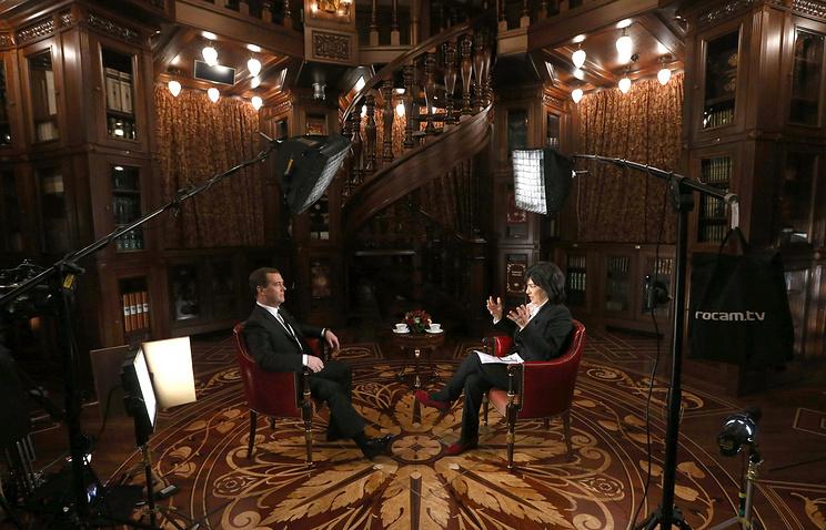 """Премьер-министр РФ Дмитрий Медведев и телеведущая CNN Кристиан Аманпур во время интервью в резиденции """"Горки"""""""