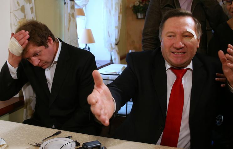 Александр Емельяненко и Василий Мисютин (слева направо) во время примирения