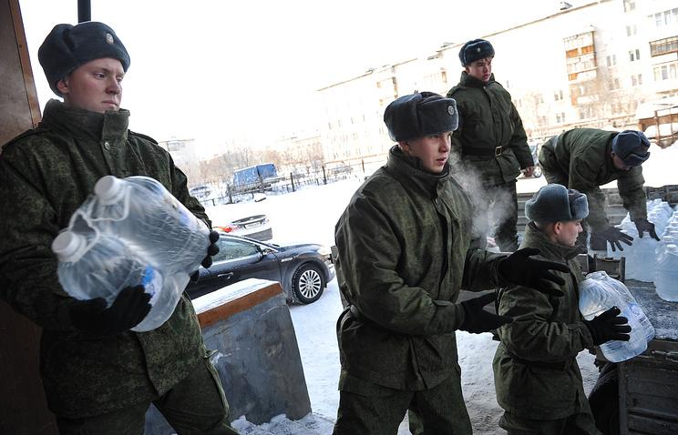 Военнослужащие Еланского окружного учебного центра доставили почти 50 тыс литров питьевой воды инвалидам, пенсионерам и многодетным семьям